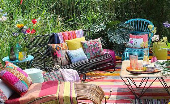terrasse confortable avec imrpimés et couleurs bohèmes