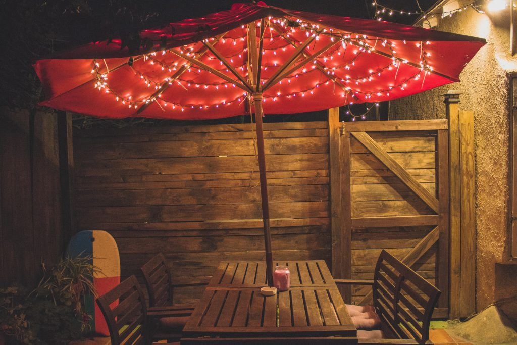 guirlande sous parasol pour terrasse