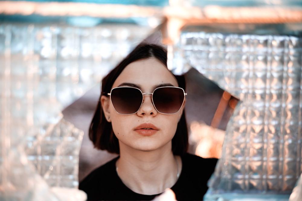 jeune fille portant des lunettes de soleil