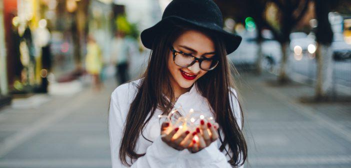 jeune fille portant des lunettes et un chapeau