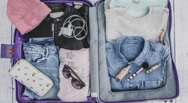 Valise remplie d'accessoires pour femmes
